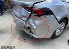一声巨响!三合街小车连撞两车推倒缆线杆,新车未上牌就被爆车尾