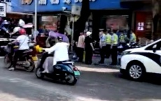 什么情况?民兴路停放的电车、摩托车被大批拖走,有市民表示不解