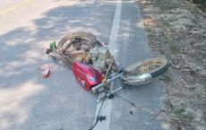 奇葩事!北通路段发现一无牌125摩托车倒在路中摔烂整车散架无人