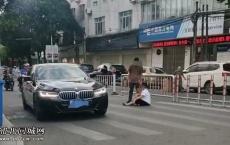 """一女子携年幼孩子坐在车来车往马路上与男子""""争吵"""",事发妇幼保健院路段"""