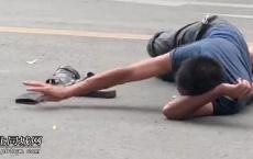 东风桥头路段一男子掩面痛哭躺路上,若非天大的委屈不然谁会这样