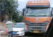 """小汽车和大货车""""并排""""卡在路上,事发张黄路段"""