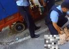 男子持刀在榕侨阳光城小区对群众可能存在威胁,民警快速出击制服