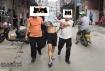 龙门一男子被盖着头押在街上过!据悉是一名外省网上追捕在逃人员