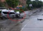 浦北进城大道路段两车激烈碰撞车头严重爆废,面包车甩飞绿化带上