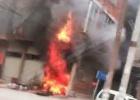 寨圩一民宅突发火灾浓烟滚滚引多人围观,交警、消防在现场救援中