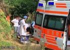 官垌一男子摘八角从数米高树上摔下滚下山坡导致手骨断裂昏迷送医