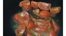 这样的夏日是不是食欲不振呢。煮上一盆番茄鱼。酸酸的鱼汤。喝上两碗。立马开胃了呢。
