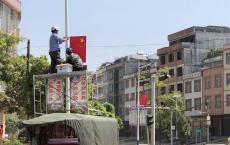 龙门街上国庆味儿越来越浓路边红旗飘扬,路过看到心中满满自豪感