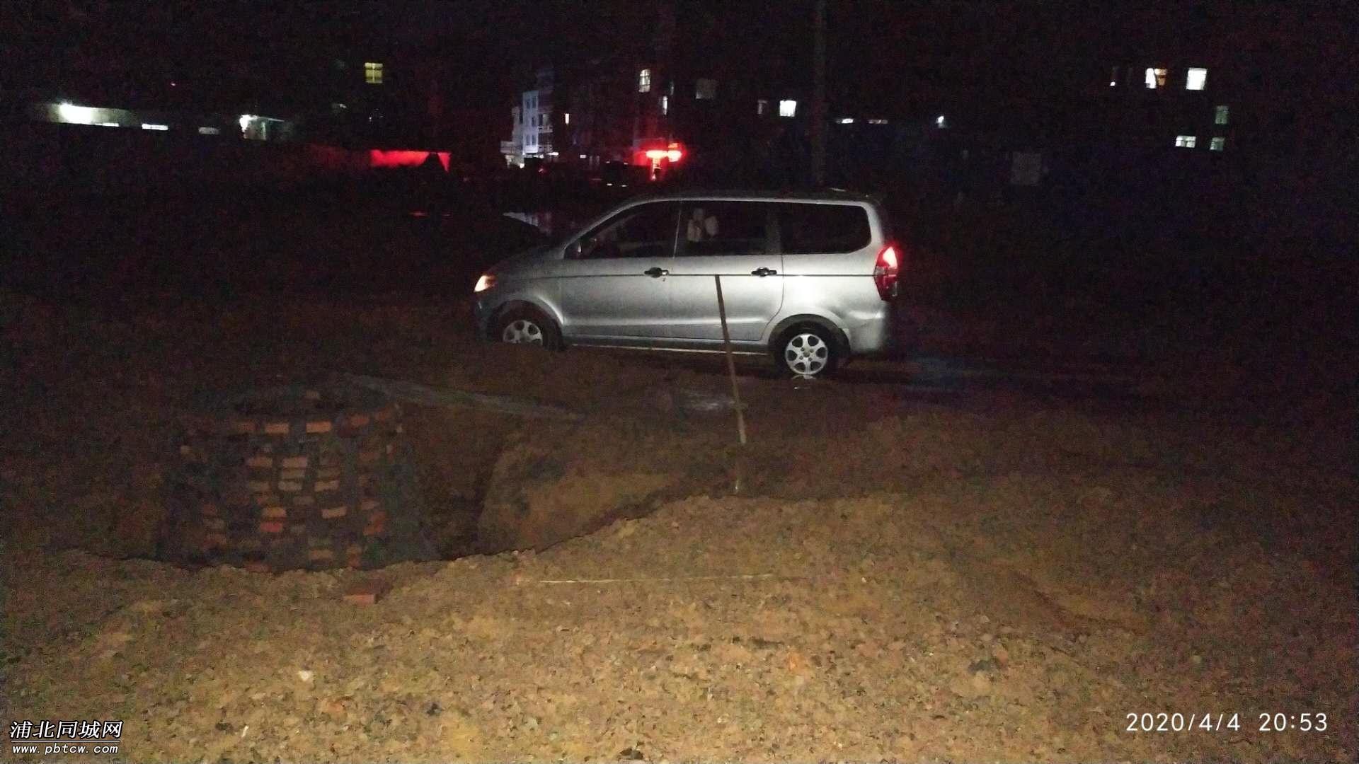 小车深陷泥坑